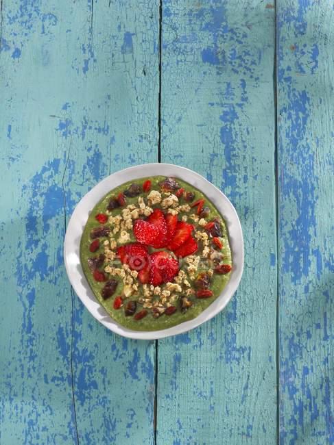 Muesli con Avocado, kale e fragole — Foto stock