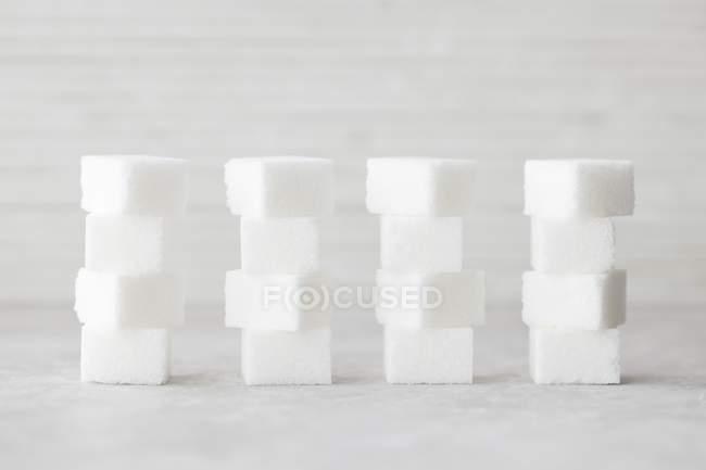 Vista de closeup de cubos de açúcar empilhados no fundo branco — Fotografia de Stock