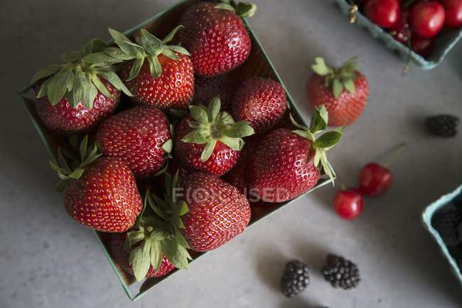 Strawberries with cherries and blackberries — Stock Photo