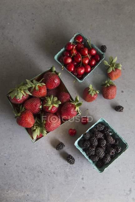 Moras con cerezas y fresas - foto de stock