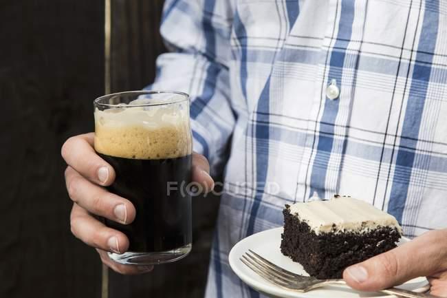 Человек, держащий в руках кусок торта — Stock Photo