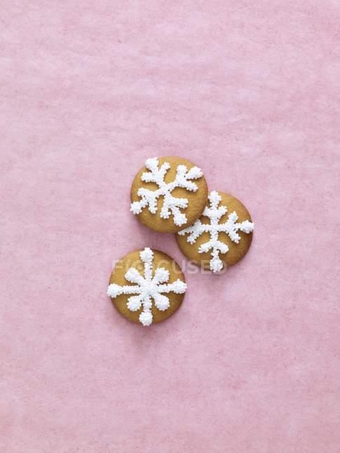 Рождественское печенье со снежинками — стоковое фото