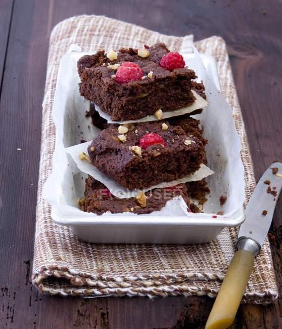 Pila di lampone brownie con le noci — Foto stock