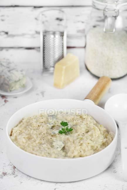 Risotto con gorgonzola en sartén - foto de stock