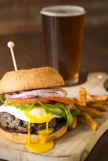 Hambúrguer com um ovo frito — Fotografia de Stock