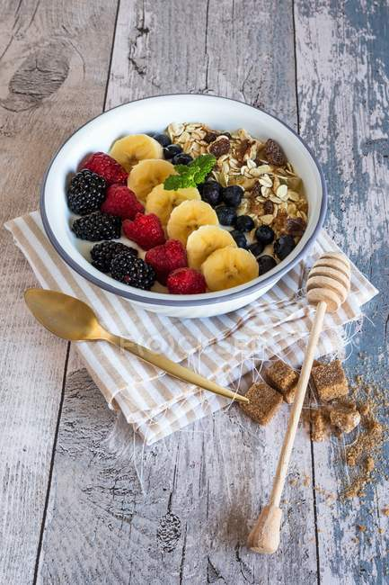 Muesli avec yaourt, de baies et de fruits — Photo de stock