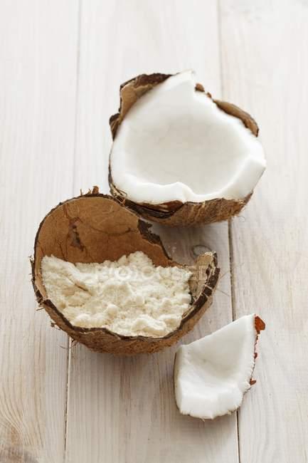 Открыл кокоса и муки — стоковое фото