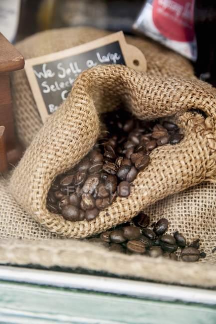 Granos de café en saco - foto de stock
