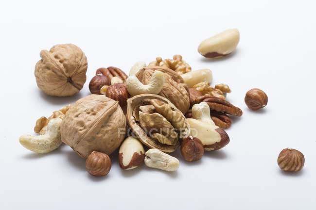 Ganze und geknackte gemischte Nüsse — Stockfoto