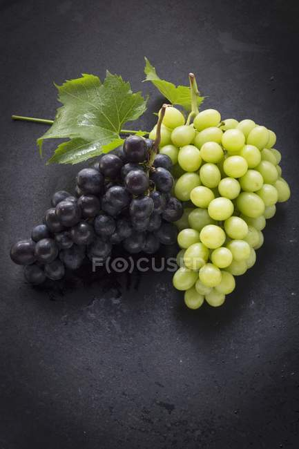 Black and green grapes — Stock Photo