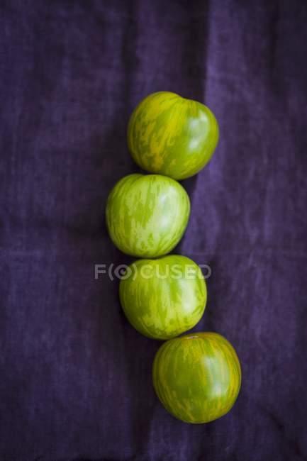 Четыре зеленые помидоры — стоковое фото
