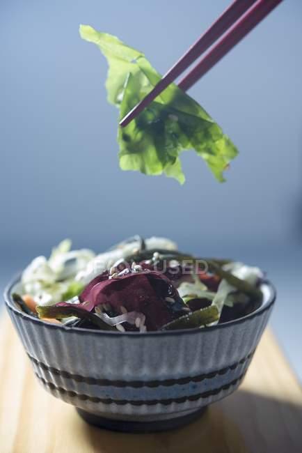 Fish And Chips mit Blumensalat — Stockfoto