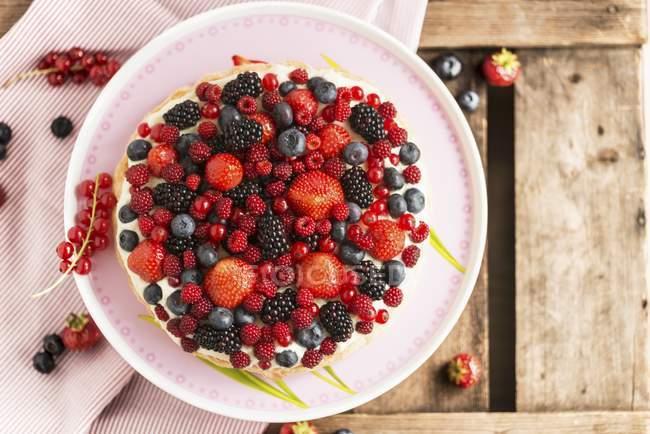 Вид сверху на ягодный торт с лимонным кремом — стоковое фото