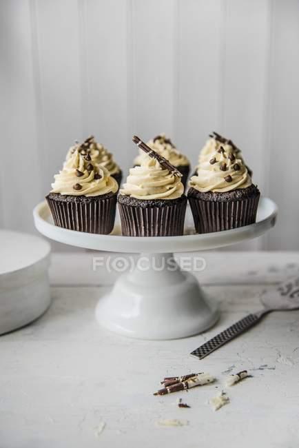 Пирожня шоколада на стенде торт — стоковое фото