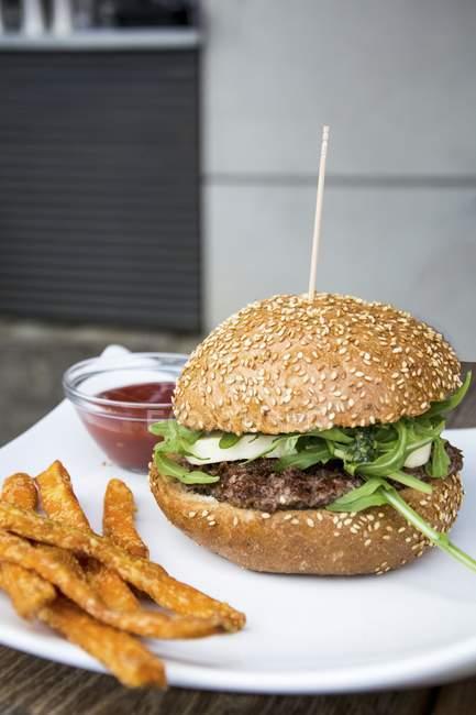 Burger avec sweet potato chips — Photo de stock