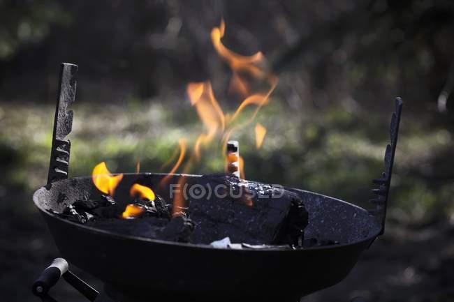 Detailansicht des Grills mit brennender Holzkohle — Stockfoto