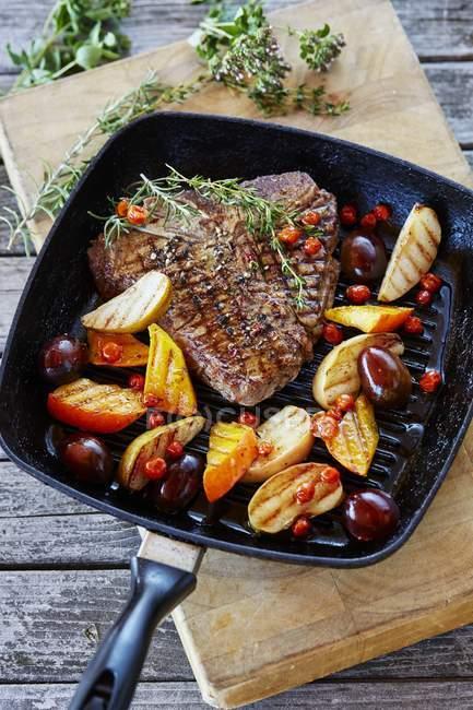 T-bone steak with fruits — Stock Photo