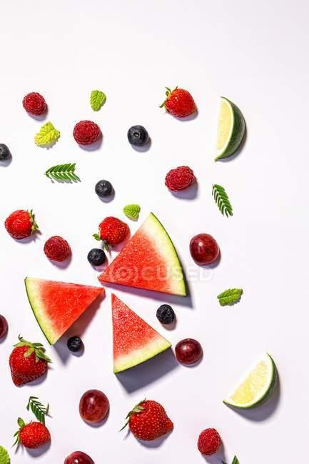 Fruits et baies frais tranchés assortis — Photo de stock