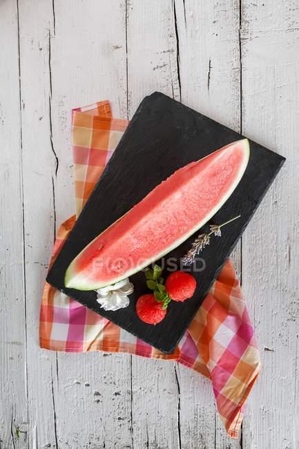Servindo de fatia de melancia — Fotografia de Stock