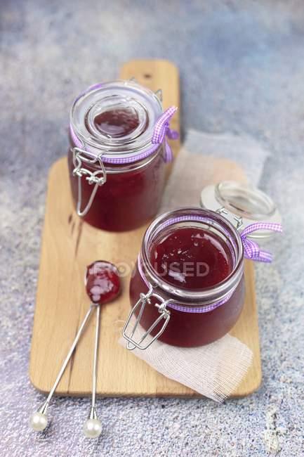 Confettura di frutti rossi in vasi di vetro — Foto stock