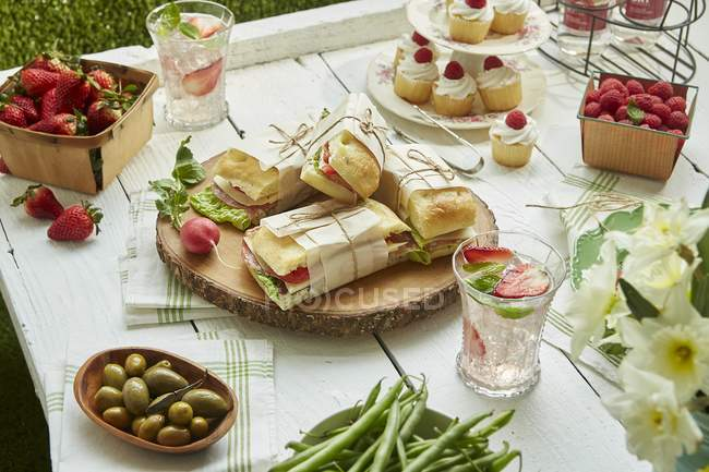 Sandwiches, salads and cupcakes — Stock Photo