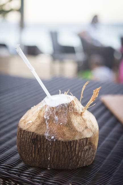 Noix de coco fraîche avec top coupé — Photo de stock