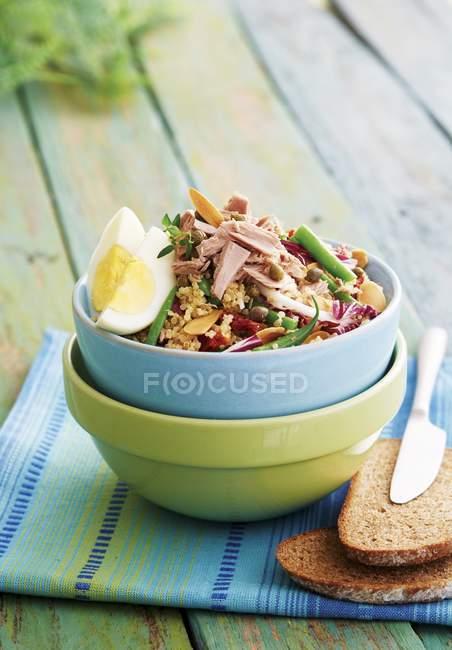 Insalata di quinoa con tonno — Foto stock