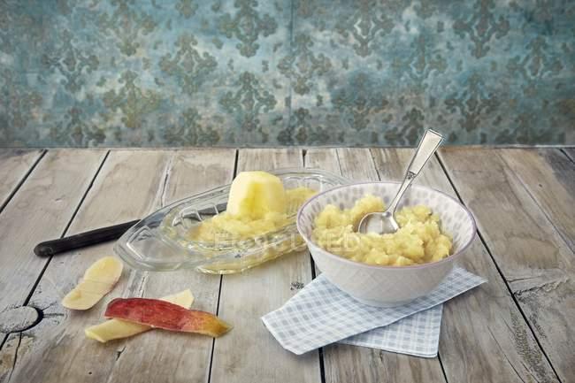Nahaufnahme von geriebenem Apfel in einer Schüssel und auf einer Reibe — Stockfoto