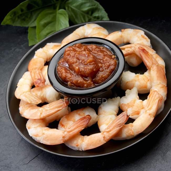 Crevettes bouillies avec trempette de fruits de mer — Photo de stock