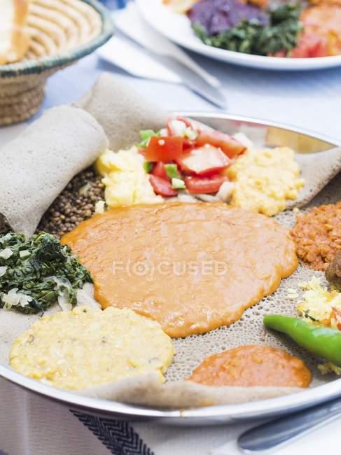 Éthiopien jeûne alimentaire sur plateau sur nappe — Photo de stock