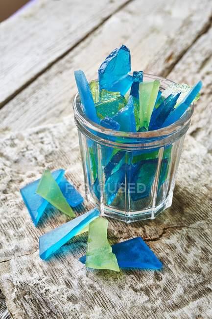 Vue rapprochée du verre bleu et vert en sucre — Photo de stock