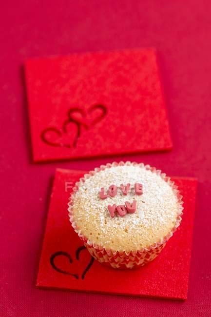 Cupcake con lettere di zucchero — Foto stock