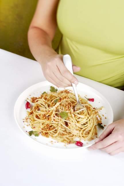 Женщина ест спагетти макароны — стоковое фото