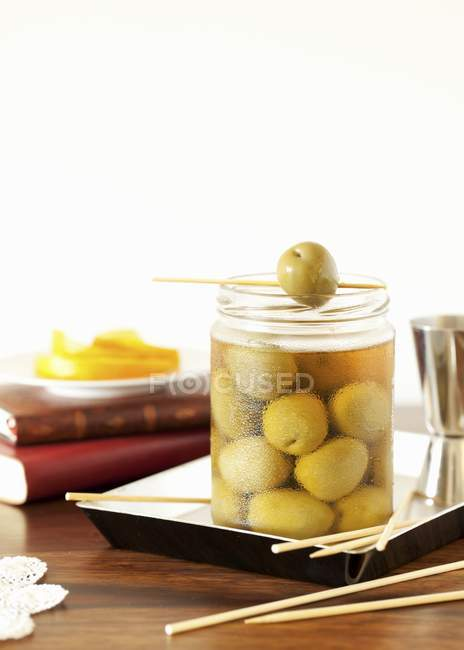 Vasetto di olive verdi marinate — Foto stock