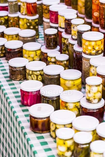 Gurkengemüse im Glas auf einem Marktstand im Freien — Stockfoto