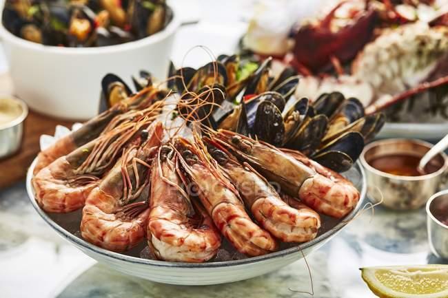 Plateau de fruits de mer avec crevettes et moules — Photo de stock