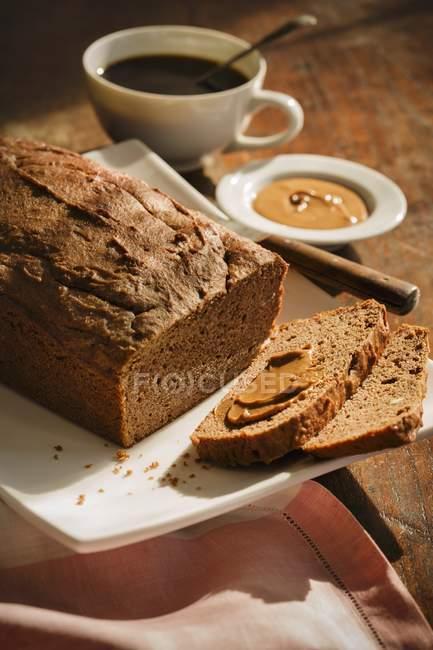 Банановий хліб з маслом — стокове фото