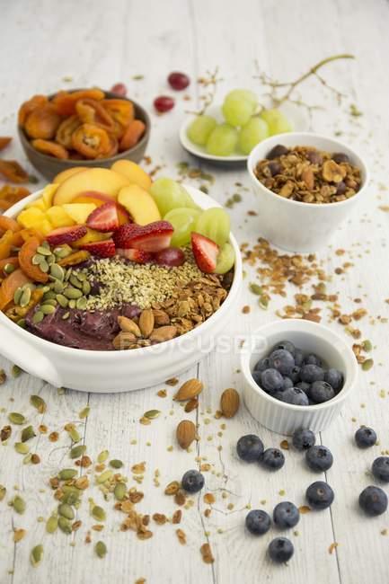 Мюслі з асаї, мигдаль і фруктів — стокове фото