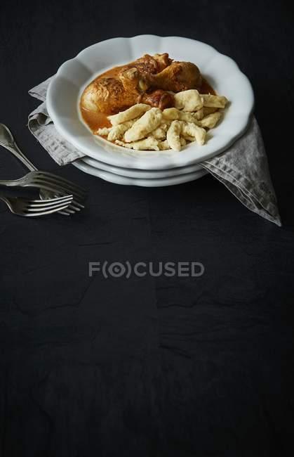 Detailansicht der Paprika Huhn mit Knödel auf schwarze Oberfläche — Stockfoto