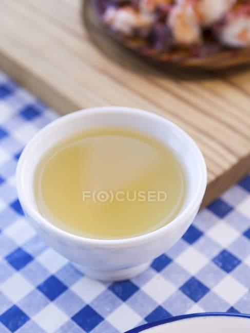 Vista de cerca de vino blanco gallego en tazón de fuente blanco - foto de stock