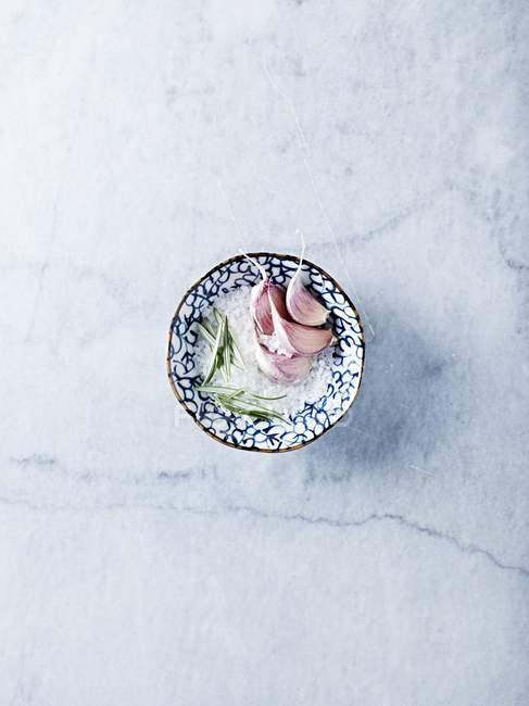 Sal marinho com alecrim e alho — Fotografia de Stock