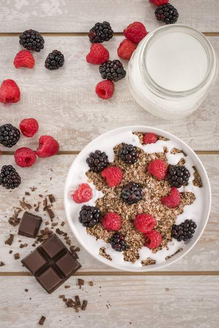 Muesli granola y chocolate - foto de stock