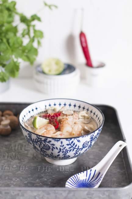 Креветочный суп с лаймом — стоковое фото