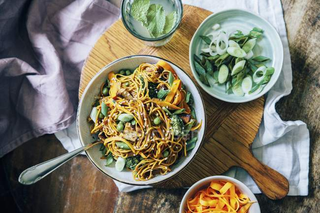 Nudeln mit Karotten in Schüssel — Stockfoto
