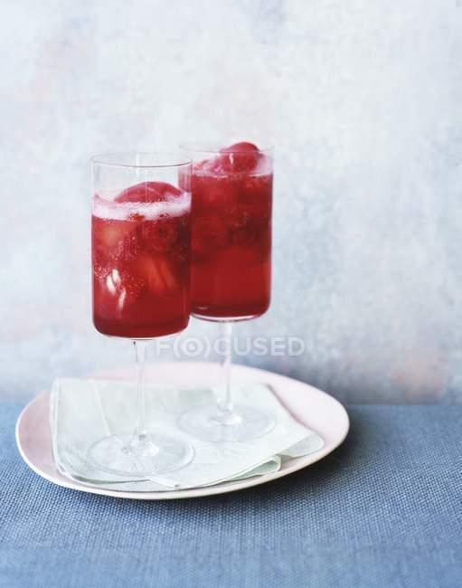 Дві склянки рожевий Fizz на тканини і плити — стокове фото