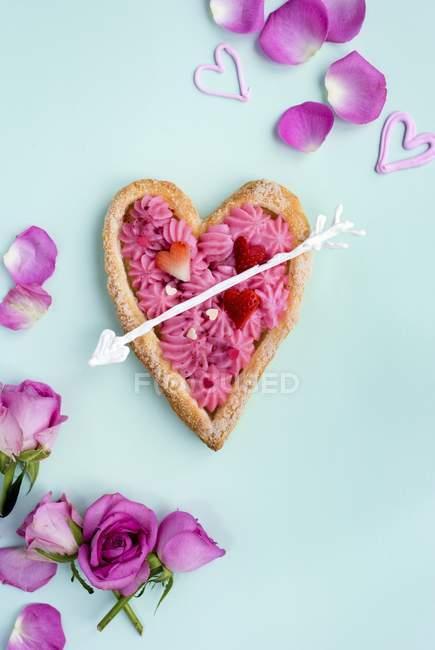 Draufsicht auf herzförmigen Blätterteig, gefüllt mit Rosencreme für den Valentinstag — Stockfoto