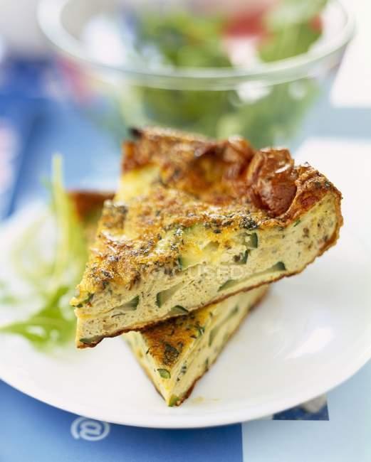 Courgette e coentros Tortilla na chapa branca — Fotografia de Stock