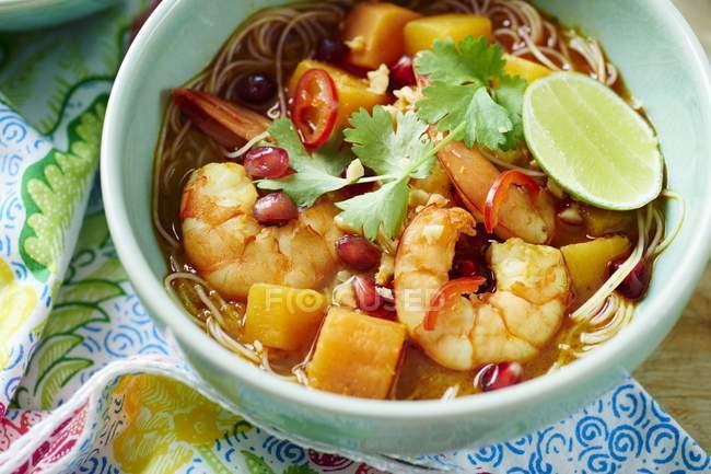 Bol de soupe de crevettes Laksa avec garnitures de grenade et de coriandre — Photo de stock