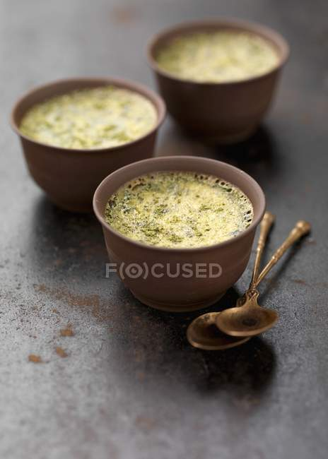 Natillas de huevo al horno con sabor a té - foto de stock