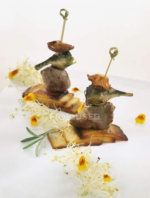 Brochettes d'artichauts et champignons — Photo de stock